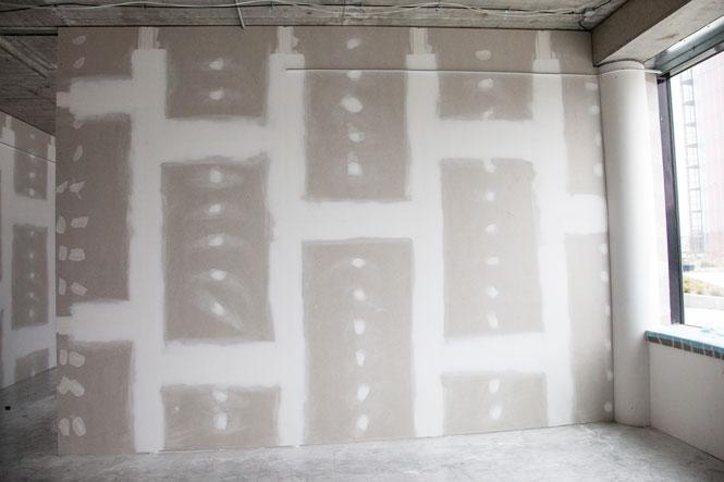 Finální provedení se zatmelenými styky desek a hlavicemi šroubových spojů